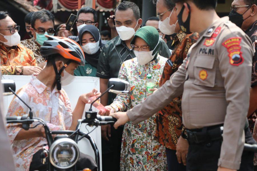 Mensos Risma menyerahkan langsung bantuan sepeda motor roda tiga kepada Gading Ogi Saputra di Pekalongan, Jateng | Foto: Kemensos