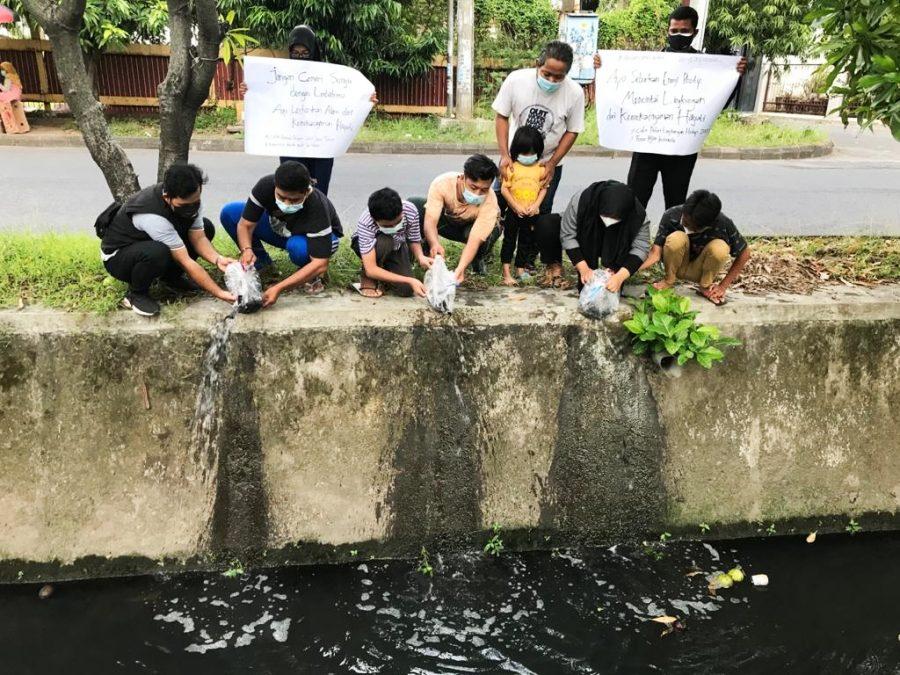 Setidaknya ada 300 benih ikan lele yang disebar di seputaran sungai apoor Ketintang Baru Surabaya, Sabtu (29/05/2021) | Istimewa