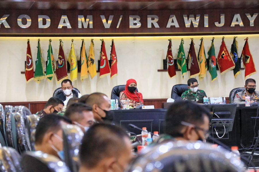 Gubernur Khofifah (tengah) saat memimpin Rakor untuk mengantisipasi terjadinya peningkatan kasus Covid-19 | Istimewa