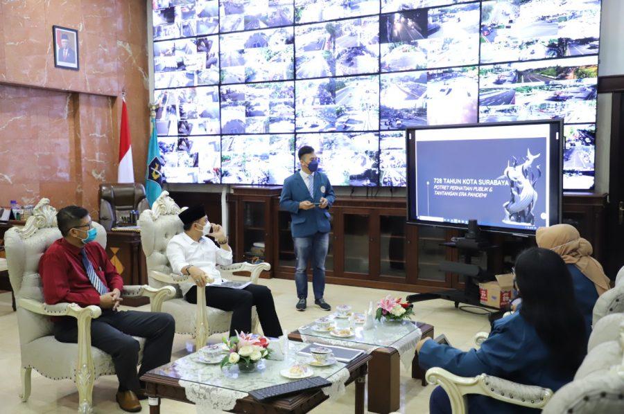 Mahasiswa Magister Manajemen Unair saar menyampaikan paparannya kepada Wali Kota Surabaya, Eri Cahyadi, di ruang kerja wali kota, Balai Kota Surabaya, Sabtu (5/6/2021).