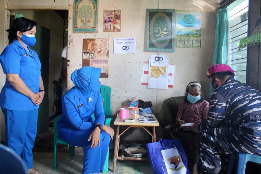 Prajurit Yonmarhanlan XIII Tarakan saat mengunjungi rumah kediaman Siti Rahma (76) di Kelurahan Karanganyar, Tarakan, Kalimantan Utara, Jumat (09/07/2021) | dok/photo: Dispen Kormar