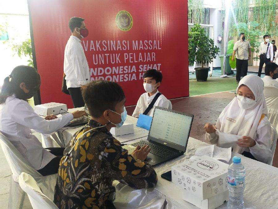 Vaksinasi massal yang digelar BIN di SMPN 1 Surabaya, Jawa Timur   dok/photo: Bicaraindonesia.id