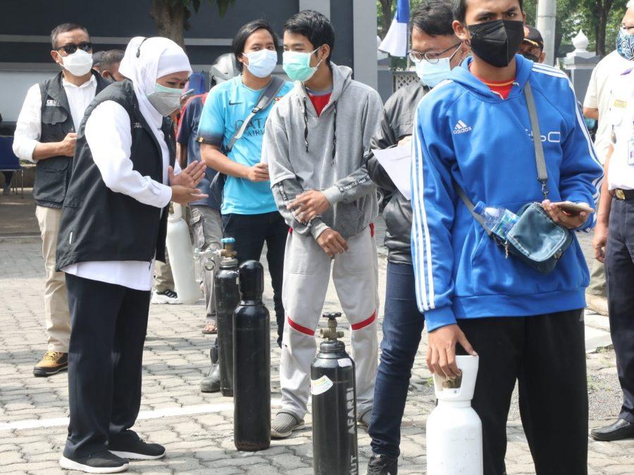 Gubernur Khofifah saat meresmikan Stasiun Pengisian Oksigen gratis di Kantor Dinas Perhubungan (Dishub) Jawa Timur, Jl. A. Yani Surabaya, Sabtu (17/7/2021) | dok/photo: Ist