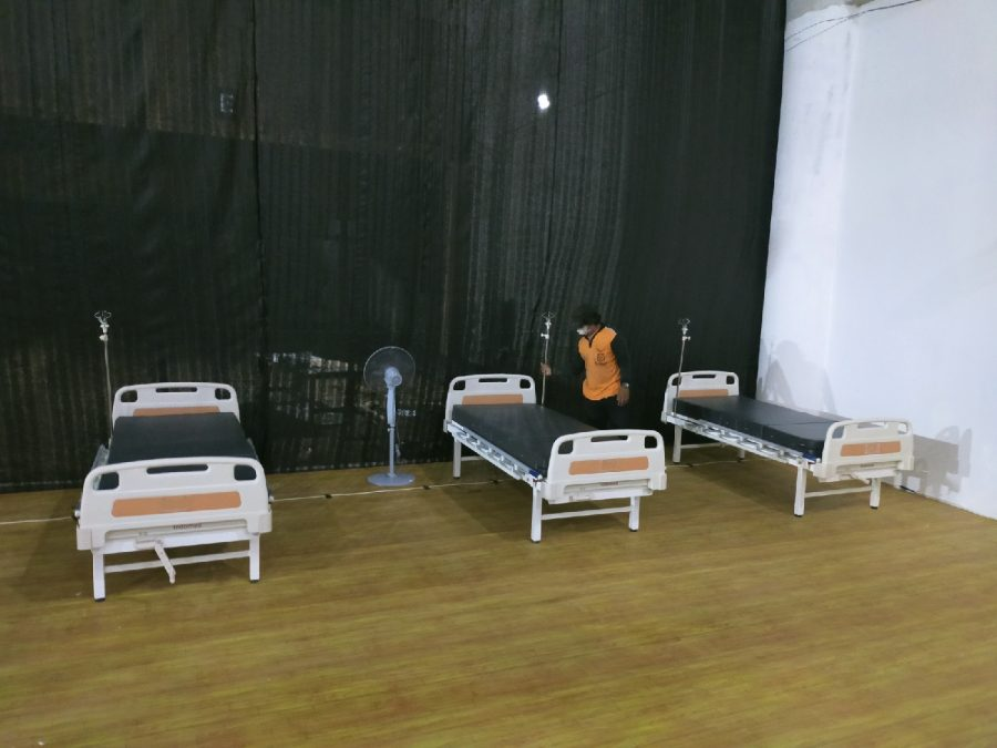 Sebelum mulai dioperasikan, petugas melakukan penataan bed untuk pasien Covid-19 di Rumah Sakit Lapangan Tembak (RSLT), Kota Surabaya, Jawa Timur, Rabu (7/7/2021)   dok/photo: Bicara Indonesia