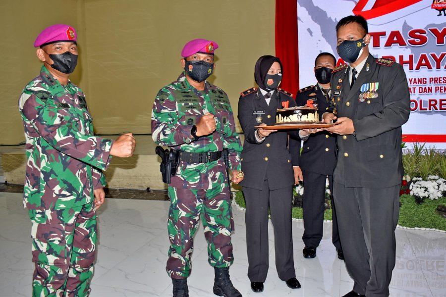 Danbrigif 2 Marinir, Kolonel Marinir Rudi Harto Marpaung (tengah) saat memberikan kue ulang tahun kepada Kapolresta Sidoarjo   dok/photo: Dispen Kormar