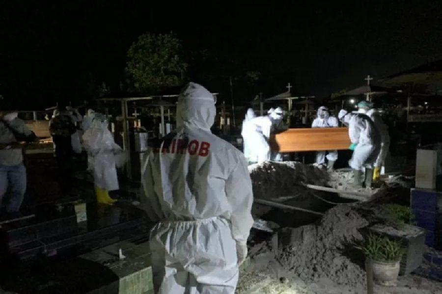 Anggota Brimob Polda Kalteng bantu pemulasaraan jenazah COVID-19 | dok/photo: Tribata / Bicara Indonesia