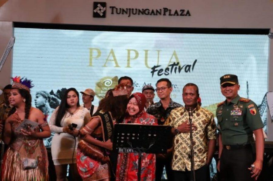 Tri Rismaharini saat masih menjabat Wali Kota Surabaya, membuka Papua Festival tahun 2019 di Tunjungan Plaza (TP) Surabaya | dok/photo: sebelum pandemi Covid-19 /Ist
