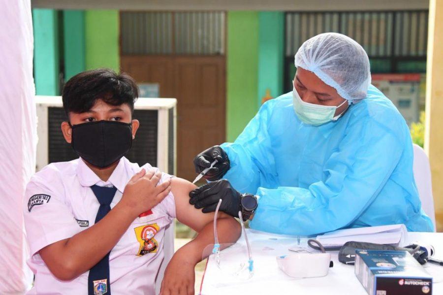 Pelaksanaan vaksinasi bagi pelajar yang dilakukan Badan Intelijen Negara (BIN), Rabu (14/7/2021) | dok/photo: BPMI Setpres