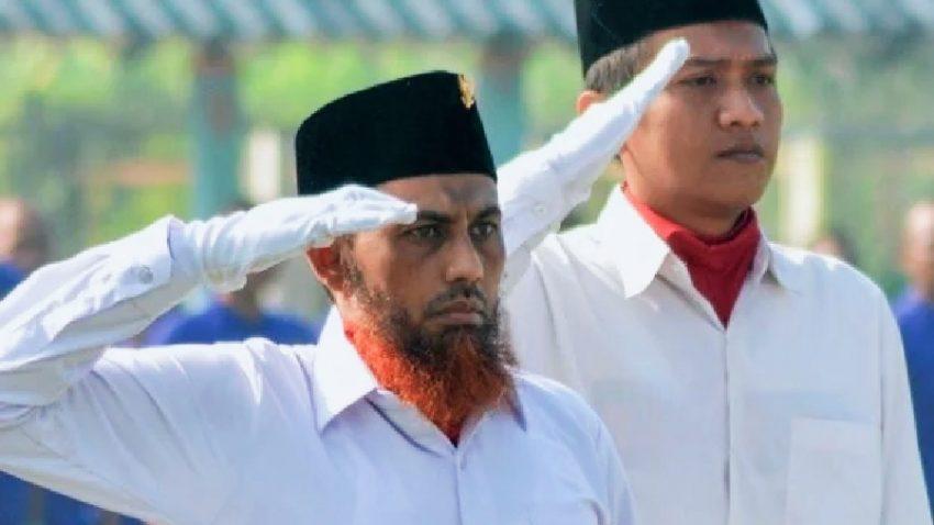 Terpidana kasus terorisme Umar Patek (kiri) memberi hormat ketika menjadi pengibar bendera merah putih pada upacara Peringatan Hari Kebangkitan Nasional di Lapas Porong, Sidoarjo, Jawa Timur, Rabu (20/5/2015) | dok/photo: Antara