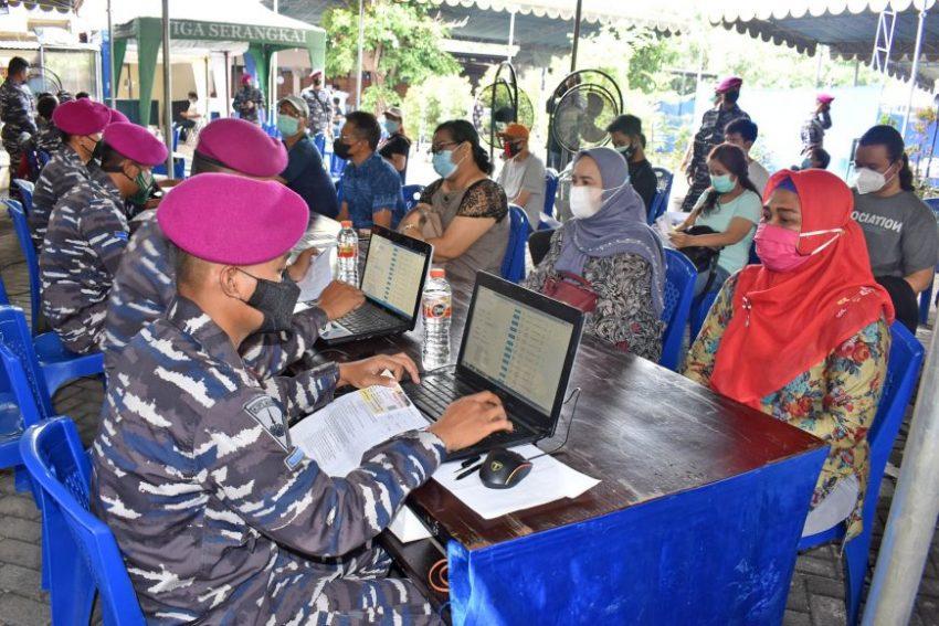 Serbuan vaksinasi masyarakat maritim Gedangan, Kabupaten Sidoarjo | dok/photo: Dispen Kormar for Bicaraindonesia.id