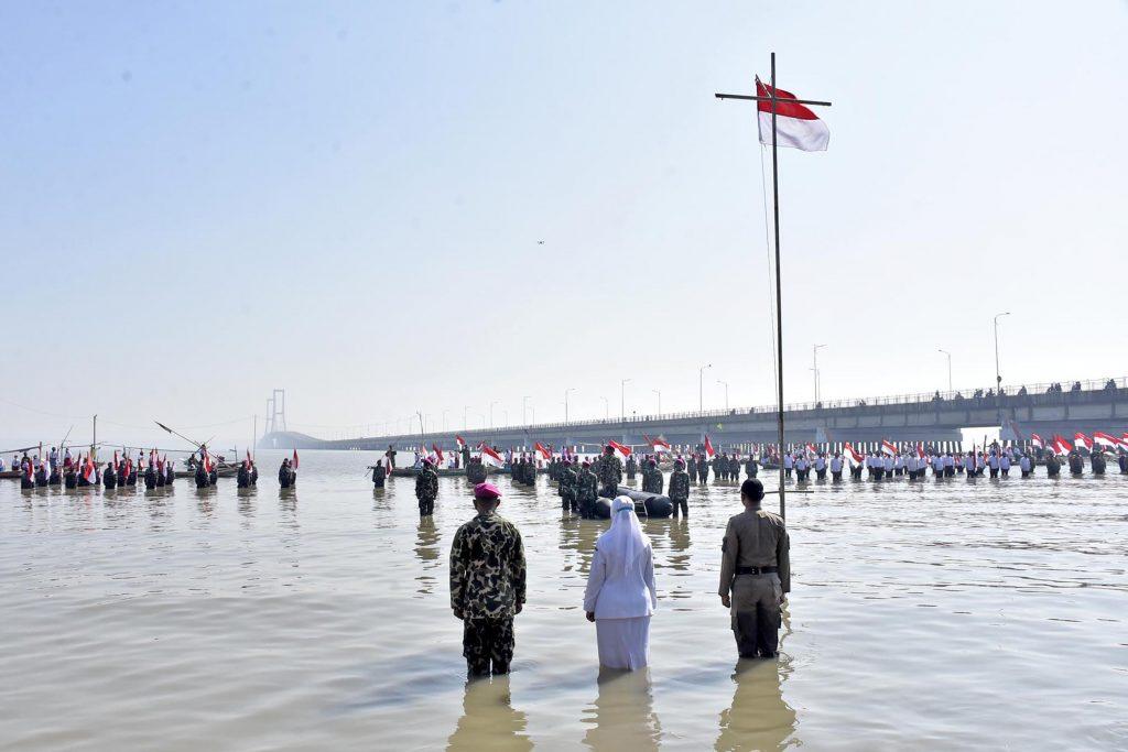 Upacara peringatan HUT ke-76 RI di pesisir pantai Surabaya | dok/photo: Dispen Kormar /Bicara Indonesia