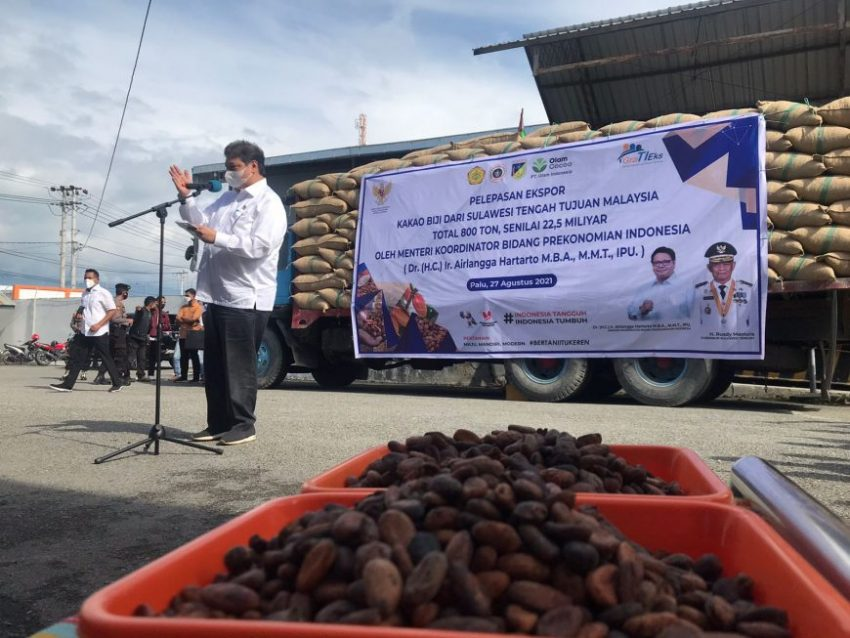 Menteri Koordinator Bidang Perekonomian Airlangga Hartarto saat melepas ekspor biji kakao di Kota Palu ke negara tujuan Malaysia, Jum'at (27/8/2021) | dok/photo: Humas Ekon /Bicara Indonesia