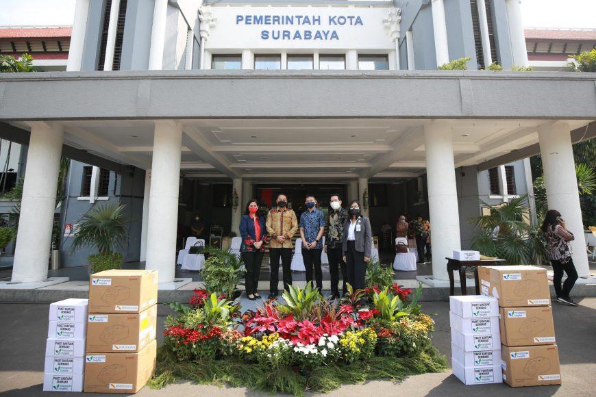 Penyerahan bantuan ribuan paket sembako di halaman Balai Kota Surabaya   dok/photo: Pemkot Surabaya /Bicara Indonesia