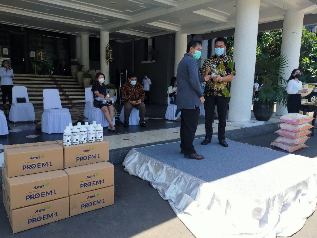 Direktur PT AMA, GE Recta Geson (batik hijau) saat menyerahkan CSR Pro EM-1 kepada Asisten Perekonomian dan Pembangunan Kota Surabaya, M Ikhsan   dok/photo: Bicara Indonesia