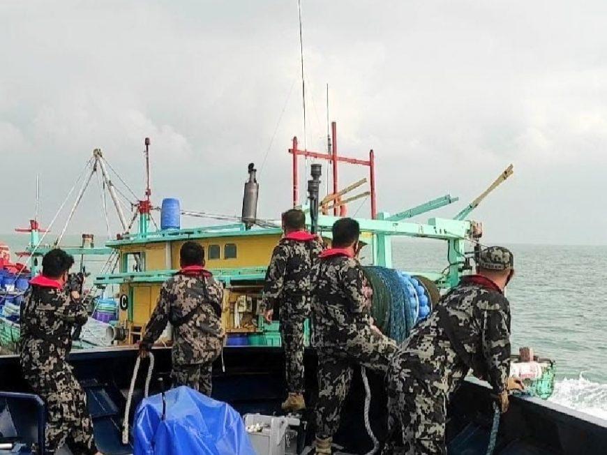 Proses penangkapan Kapal Trawl asal Malaysia | dok/photo: Humas KKP